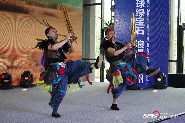 推介会上,黔南州带来的苗族节目——芦笙二重奏。(摄影:沈洁)