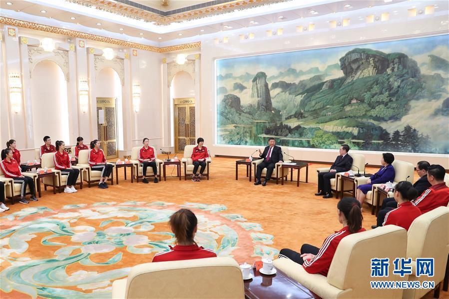 """""""习近平会见中国女排代表"""