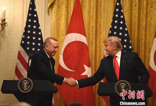 """""""当地时间11月13日,美国总统特朗普与土耳其总统埃尔多安在白宫会晤。<a"""