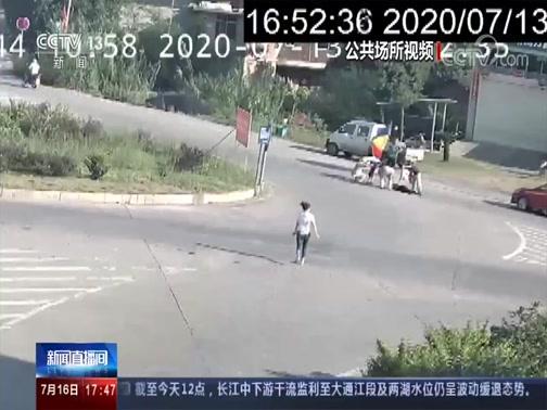 [新闻直播间]福建龙岩 老人昏倒 路人合力施救