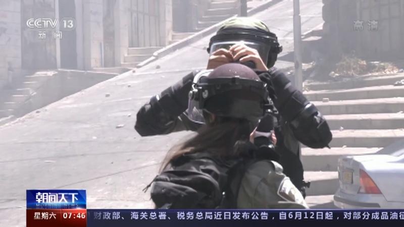[朝闻天下]约旦河西岸 巴以冲突升级 战争阴云笼罩 巴方称示威者遭以军实弹射击 多人死亡央视网2021年05月15
