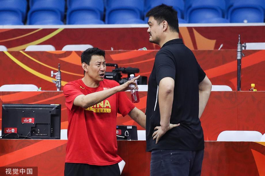 [图]中国男篮训练备战生死战 姚明李楠贴身沟通