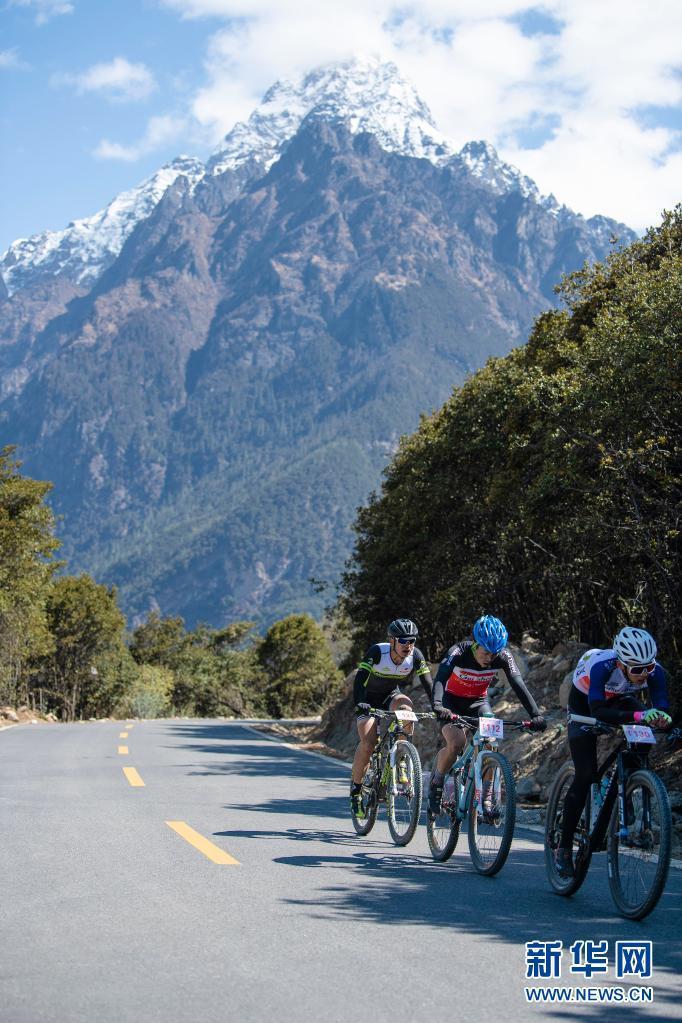 中国海拔最高环湖自行车赛在西藏巴松措开赛插图(2)