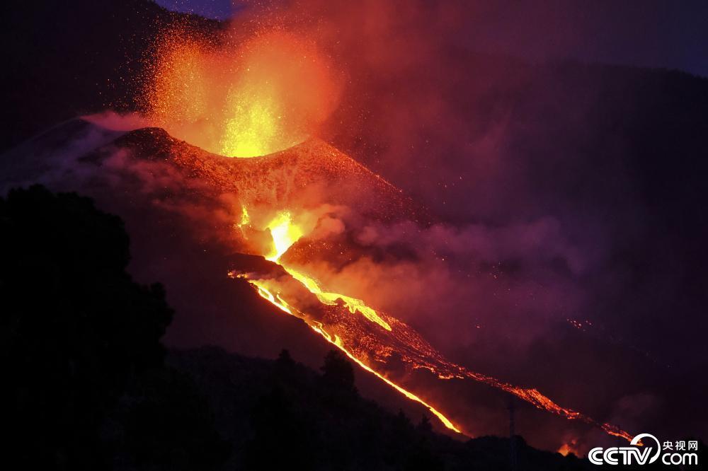 西班牙火山新增两裂缝 一夜8次地震