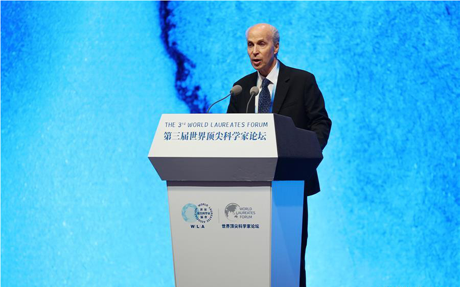 Roger Kornberg speaks at the opening ceremony of the 3rd World Laureates Forum in Shanghai, Oct. 30. (Xinhua/Wang Xiang)