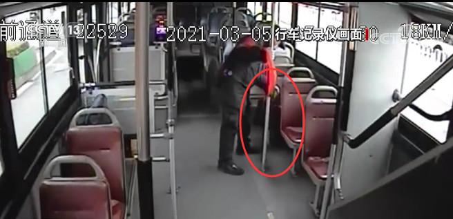 粗心乘客13万现金落车上 幸好乘务人员及时联系失主