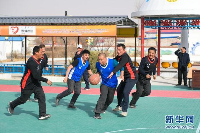 4月17日,内蒙古兴安盟科尔沁右翼中旗巴彦敖包嘎查的村民在进行篮球比赛。新华社记者 彭源 摄