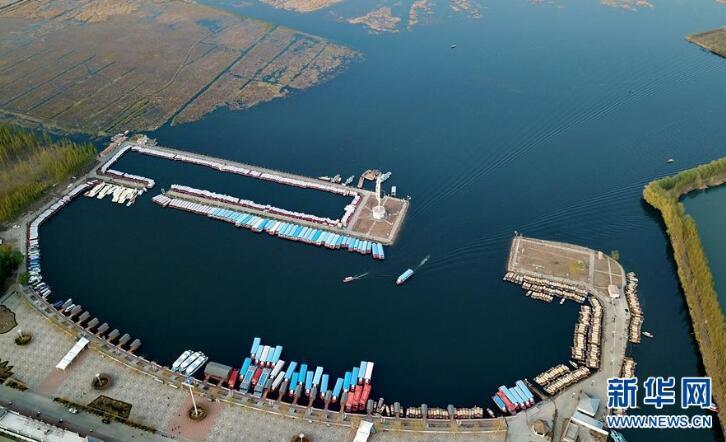 游船在白洋淀旅游码头内行驶(4月10日无人机拍摄)。新华社记者牟宇摄