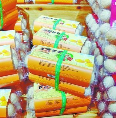 ▲超市里的谷物胡萝卜鸡蛋,十颗售价为19.9元