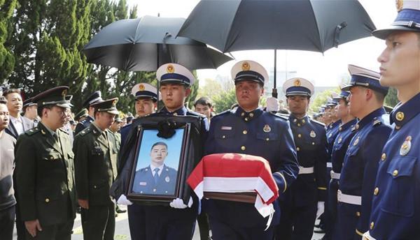 4月6日,在四川木里森林火灾扑救中英勇牺牲的烈士丁振军的骨灰回到家乡江西赣州于都县,当地群众迎接烈士回家