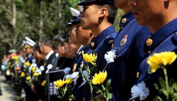 4月6日,在四川木里森林火灾扑救中英勇牺牲的烈士张浩的骨灰安葬仪式,在四川省凉山彝族自治州西昌市烈士陵园举行。当地消防队员、武警官兵和社会各界群众送别英雄
