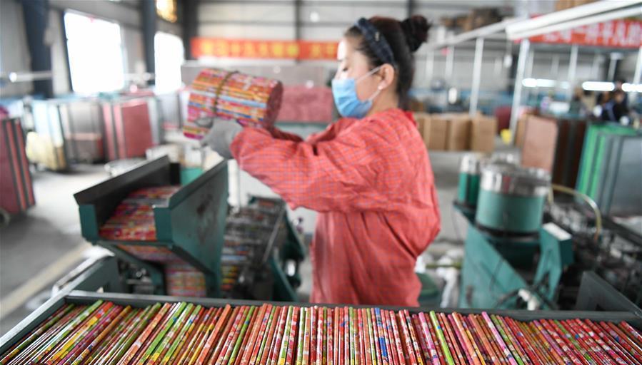 工人在元宝村村集体企业金雪莲笔业有限公司车间内工作