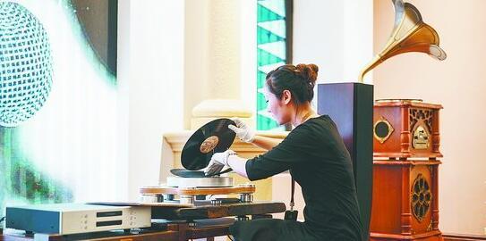 演出开始前,唱片博物馆播放了珍藏黑胶唱片中的老歌曲。