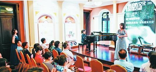 厦门音乐学校学生在鼓浪屿唱片博物馆唱响老歌。