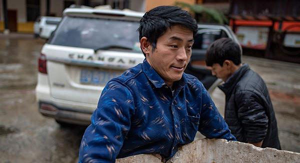 """云南贡山县独龙江乡龙元村""""致富能手""""和晓永在乡里卖羊肚菌"""