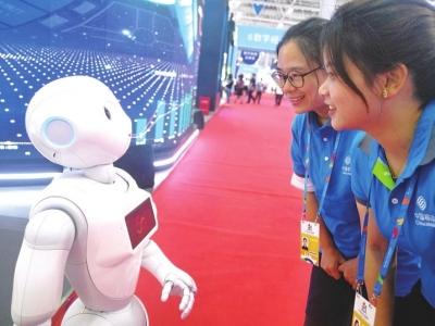 """小和机器人非常""""善解人意""""。"""