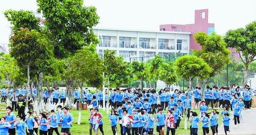 学生进行应急疏散演练。