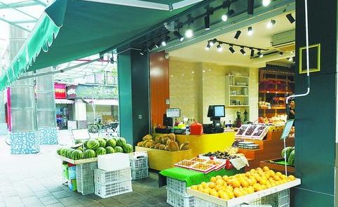 嘉禾路344号水果店前堆着好几摊水果。