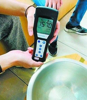 整改前盛放水果的容器ATP指数严重超标。