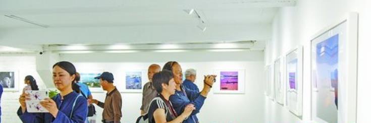"""""""扎赉诺尔——海一样的湖""""主题摄影展吸引众多市民前往欣赏"""