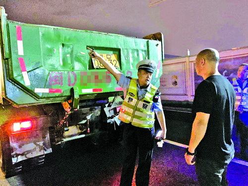 民警依法严格查处渣土车违法。