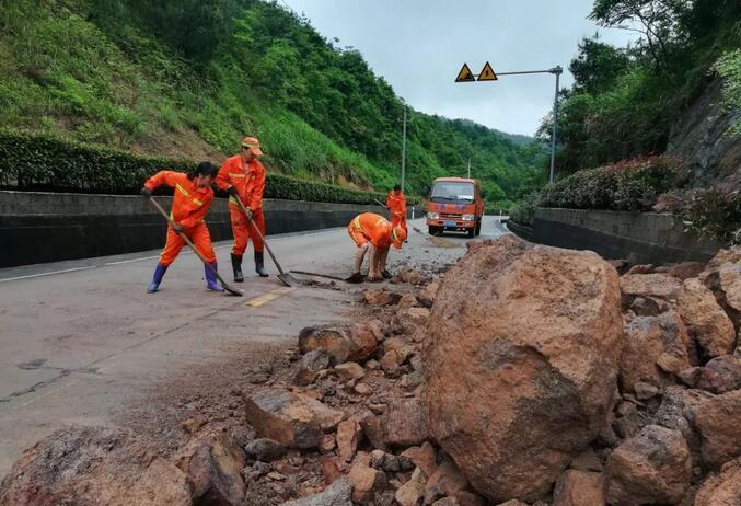 S308线焦坑路段,建宁分局养护人员清理溜方