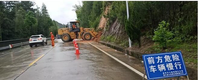 赤水公路站养护人员在省道215线赤水镇湖岭村路段清理公路边坡溜方