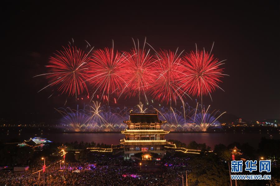 湖南长沙橘子洲的焰火与长沙城区的杜甫江阁交相辉映(5月1日摄)。 新华社发(陈泽国摄)