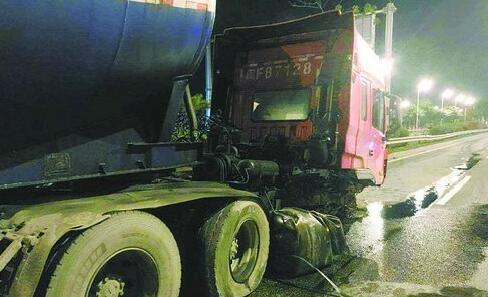 受损的大货车