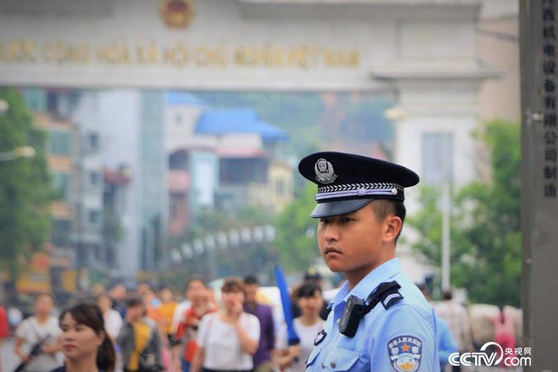"""每天清晨,一河之隔的邊民紛紛涌入河口務工,晚上回去。90年代,河口在云南有著""""小香港""""的美譽。(何川 攝)"""