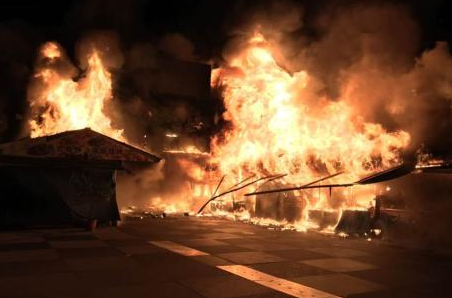 花莲东大门夜市3日凌晨燃起熊熊大火,火势迅速将行人徒步区吞噬。