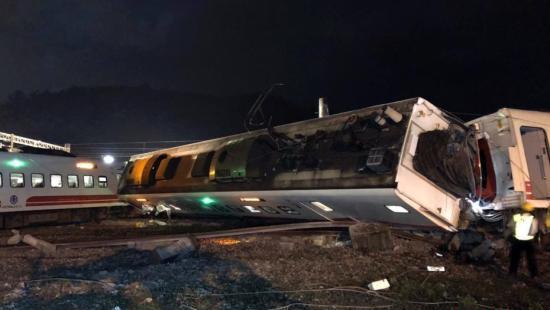资料图:2018年10月21日拍摄的普悠玛列车出轨翻覆事故现场