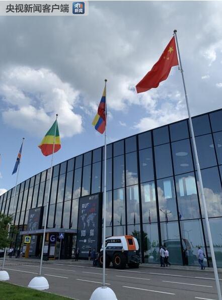 △展馆外的中国国旗。(央视记者段德文拍摄)