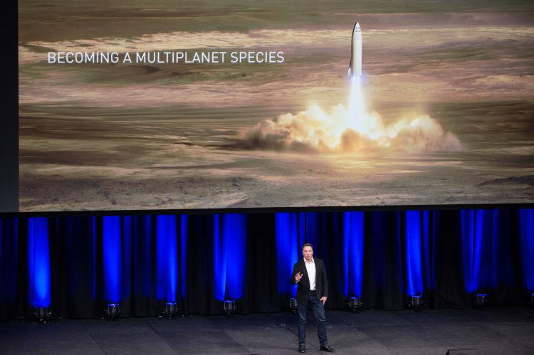 图为2017年9月29日,美国太空探索技术公司创始人埃隆·马斯克在于澳大利亚阿德莱德举行的第68届国际宇航大会上演讲。(新华社记者徐海静摄)