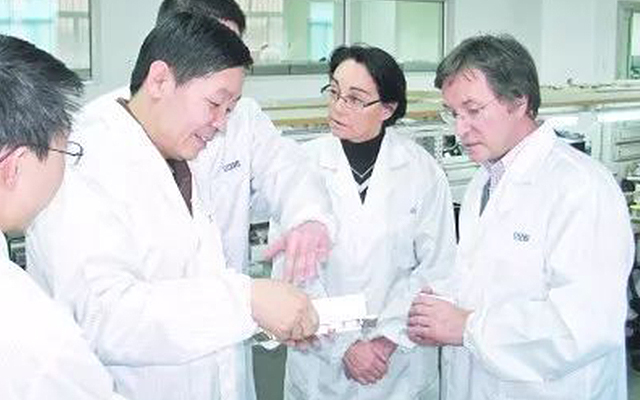 要志宏(左二)与来访国外客商交流