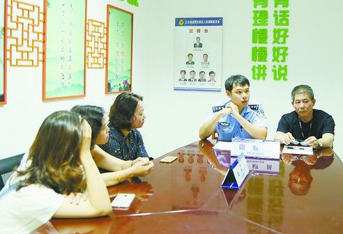 張祖榮(右一)調解矛盾糾紛。