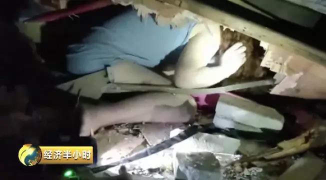 被困人员掩埋在30厘米的楼板夹层