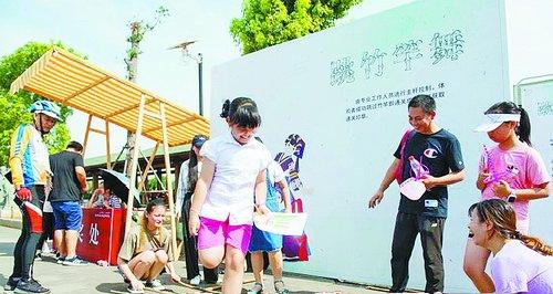 市民体验竹竿舞。