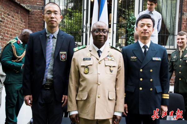 盖秀清(右)、高嵩(左)和国际军体秘书长柯伊塔上校,在国际军体总部后院合影。盖秀清 供图