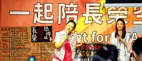 图为2日桃园市空服员职业工会在台北市凯达格兰大道举办集会活动,罢工空服员及工会代表借此加强与社会各界的沟通