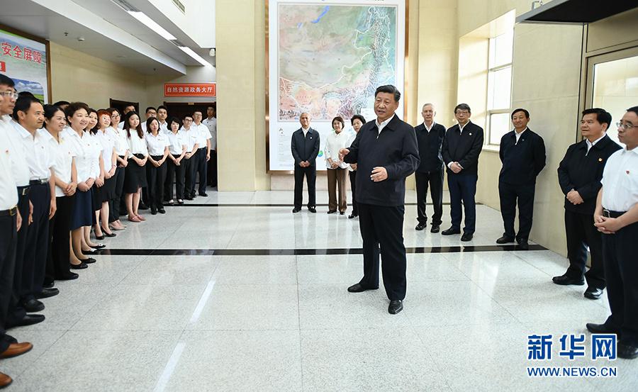 """7月15日至16日,中共中央总书记、国家主席、中央军委主席习近平在内蒙古考察并指导开展""""不忘初心、牢记使命""""主题教育。这是16日上午,习近平到内蒙古自治区自然资源厅,实地调研指导开展""""不忘初心、牢记使命""""主题教育。 新华社记者 谢环驰 摄"""