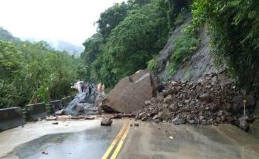 阿里山公路(台18线)36.6公里处23日下午发生落石坍方,造成双向交通阻断。