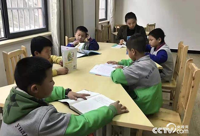 """社区""""四点半课堂""""游绍英和孩子一起读书"""