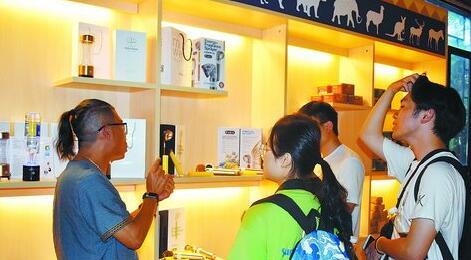 台湾创业者向游客介绍自己的产品——富氢水杯。