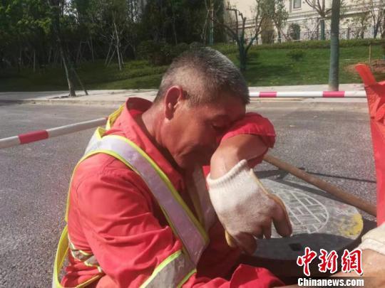 高溫下工作的市政工人:鞋能倒出水 一日飲水四斤