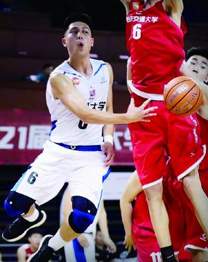 袁堂文的身高在篮球场上不算有优势,但他扬长避短,最终走上职业赛场。