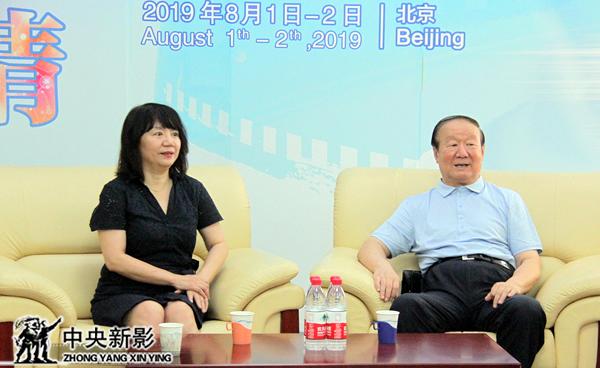 北京奥运城市发展促进会副会长蒋效愚与中央新影集团党委书记、董事长姜海清(左)