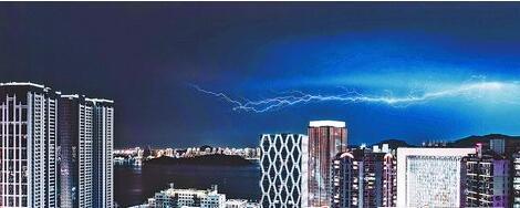 昨晚,空中划过一道道闪电。