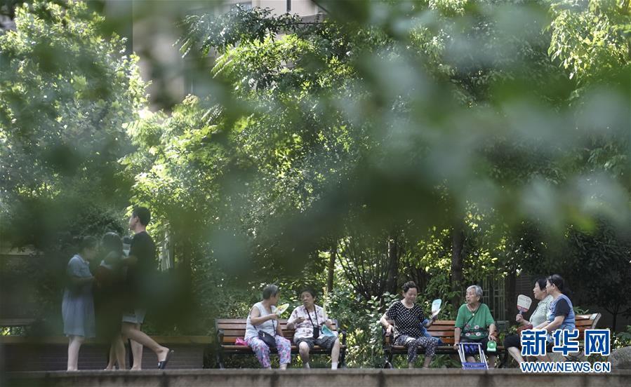 居民在湖北省武汉市青山区的一棚改安置小区休闲(7月30日摄)。新华社记者 程敏 摄