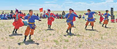 苏尼特右旗乌兰牧骑在额仁淖尔苏木阿尔善图嘎查演出。人民日报记者 吴 勇摄